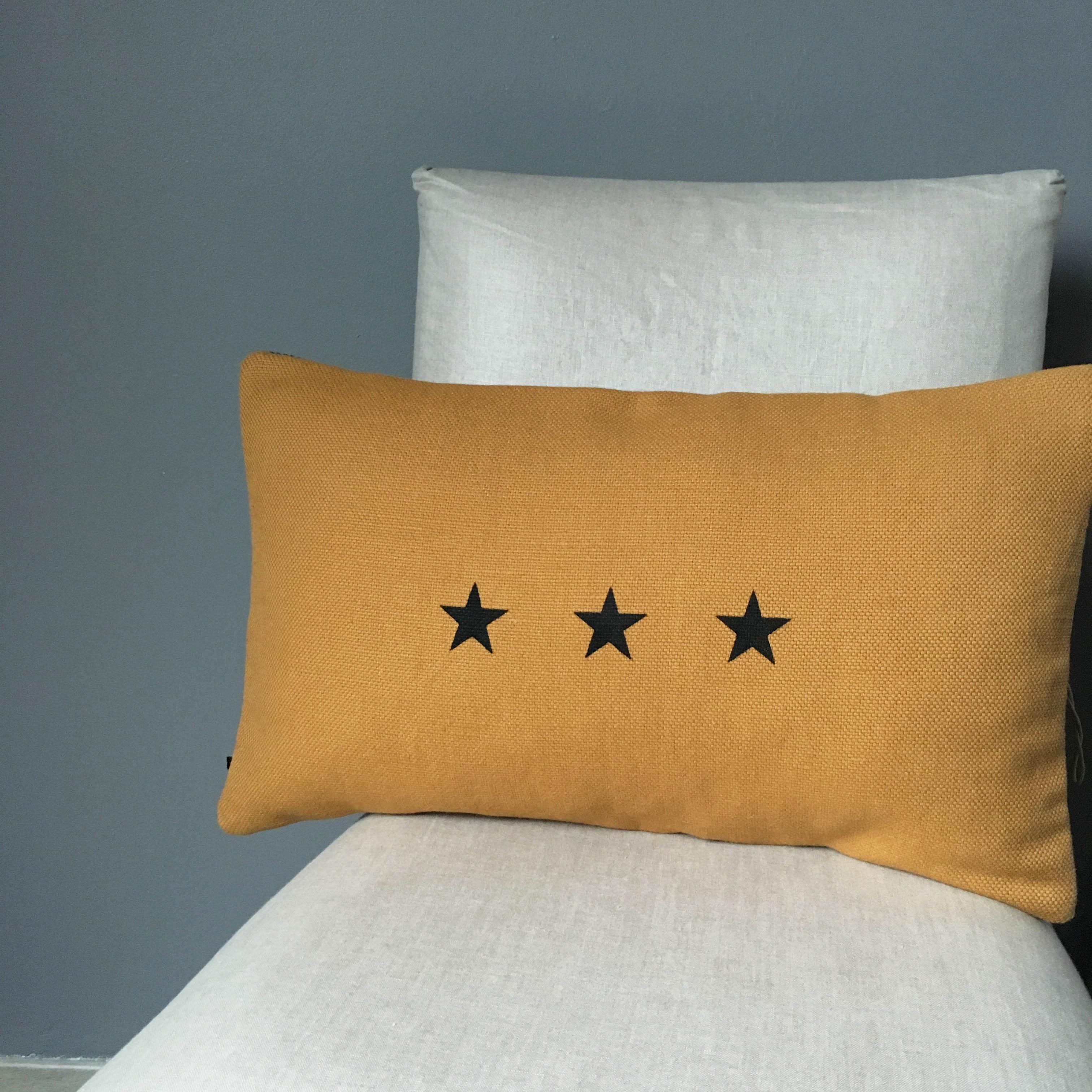 coussin lin moutarde 3 toiles noires affaires de famille. Black Bedroom Furniture Sets. Home Design Ideas